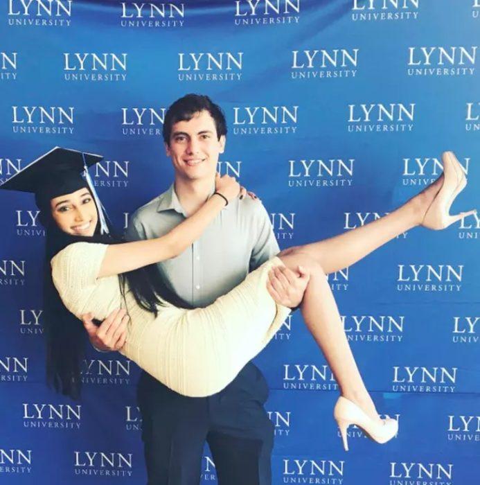 Pakeezah y su novio en el día de su graduación