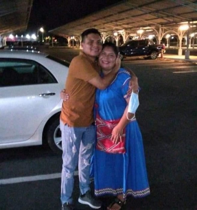 Luis Ángel y su mamá abrazándose