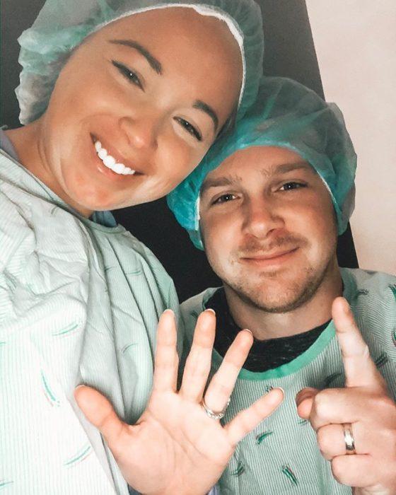 Breanna y Aaron usando ropa de hospital durante los tratamientos de fertilidad