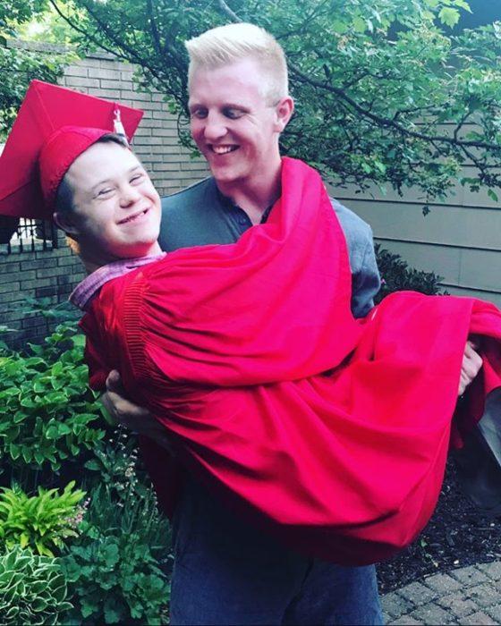 Will cargando a Henry el día de su graduación