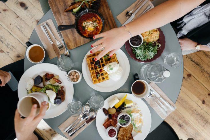 Mesa llena de comida