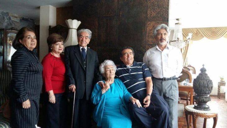 Julio César Mora Tapia y Waldramina Maclovia Quinteros Reyes con sus 4 hijos