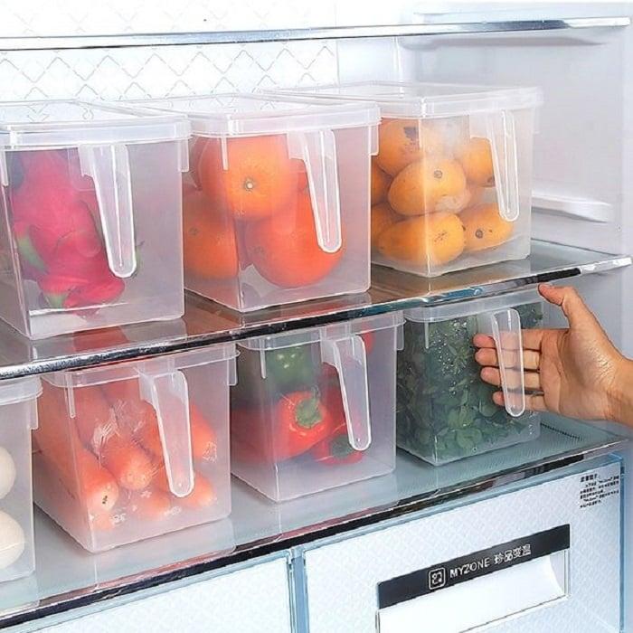 Refrigerador con contenedores de alimentos dentro de la nevera