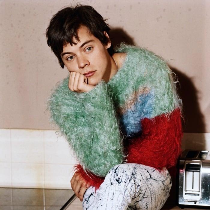 Harry Styles con suéter de colores