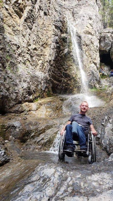 Aaron Friesen en la cascada de Grotto Canyon