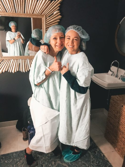 Breanna y su madre con ropa de hospital para la fertilización