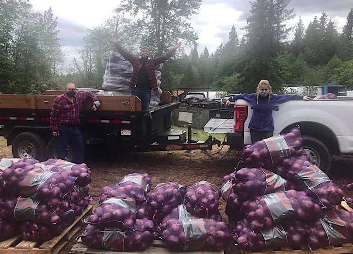 Cebollas empaquetadas por el equipo de EastWeast Food Rescue