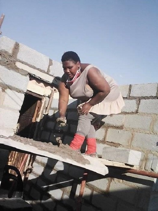 Zamanzini Philisiwe construyendo su casa