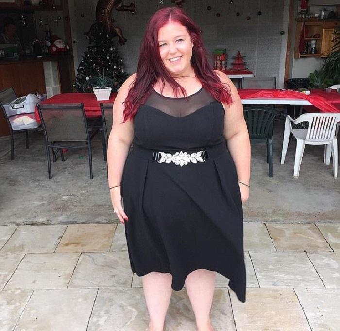 Alida posando para una foto después de haber adelgazado, usando un vestido negro