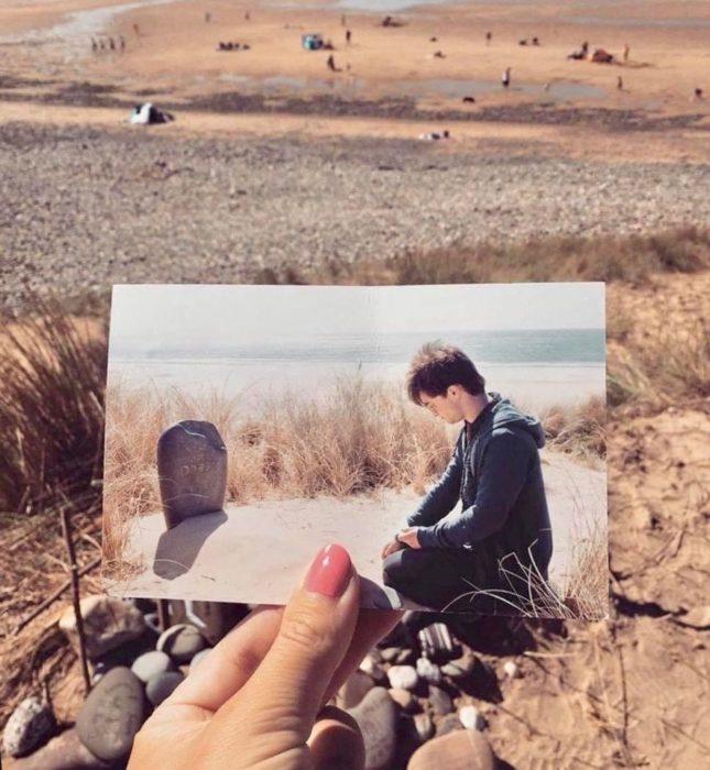 Chica sosteniendo fotografía de Harry Potter en la tumba de Dobby y ella en el lugar donde se filmó la escena