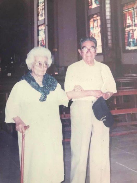 Julio César Mora Tapia y Waldramina Maclovia Quinteros Reyes en una iglesia