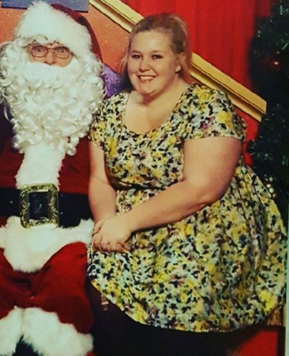Alida antes de bajar de peso en una foto de navidad