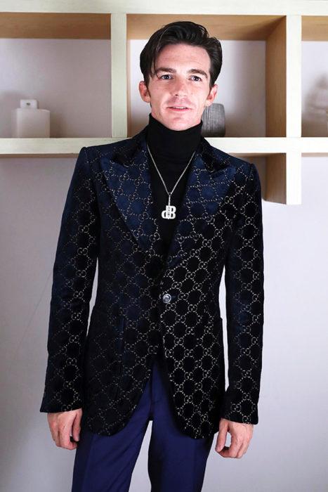 Drake Bell usando traje negro