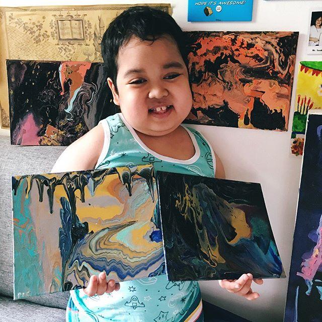 Aeden mostrando algunas de las pinturas que ha hecho