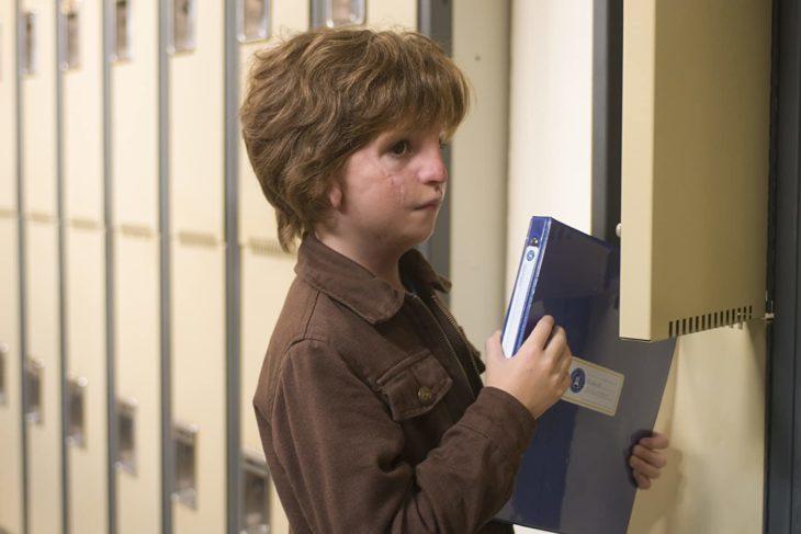 Escena de la película Extraordinario donde aparece Auggie cargando una libreta