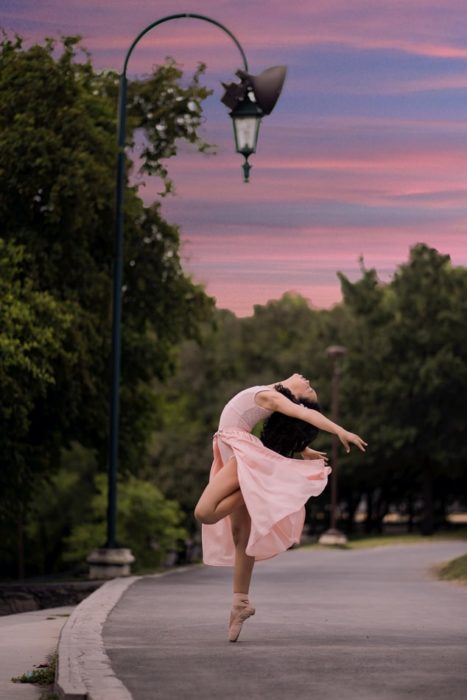 Chica bailando ballet en la calle
