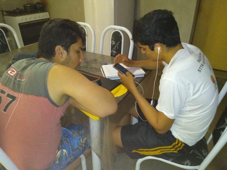 Jailsom y Francisco haciendo la tarea