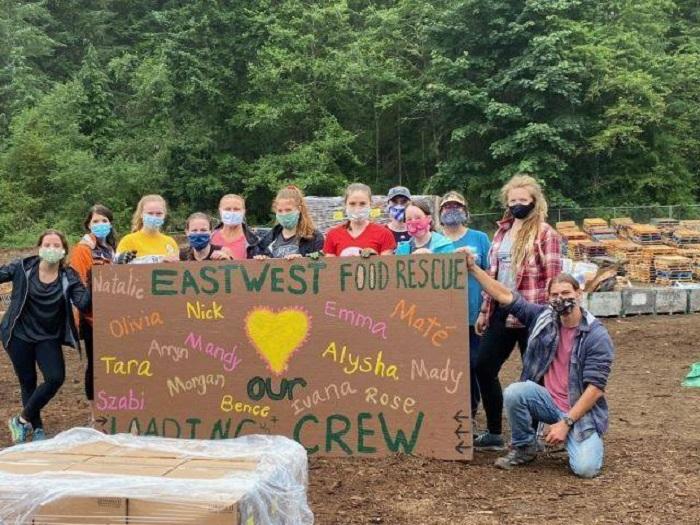 Personas que ayudan como voluntarios en EastWest Food Rescue