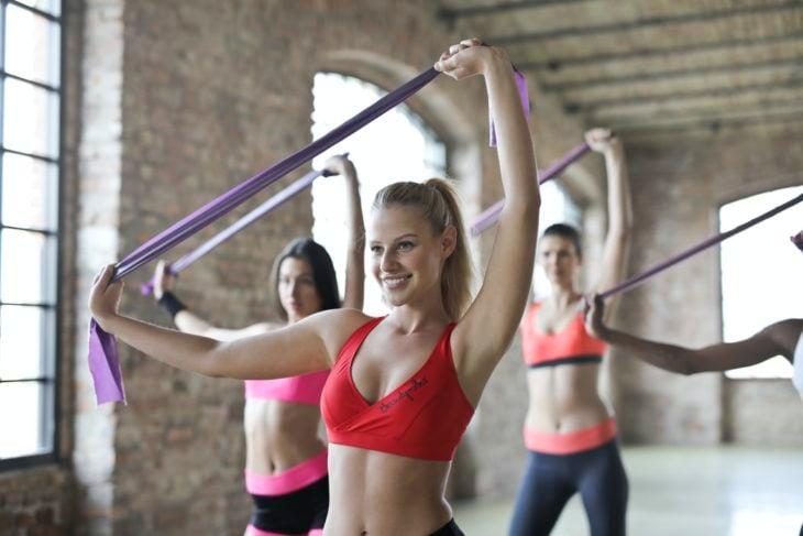 Chicas realizando ejercicio con ligas