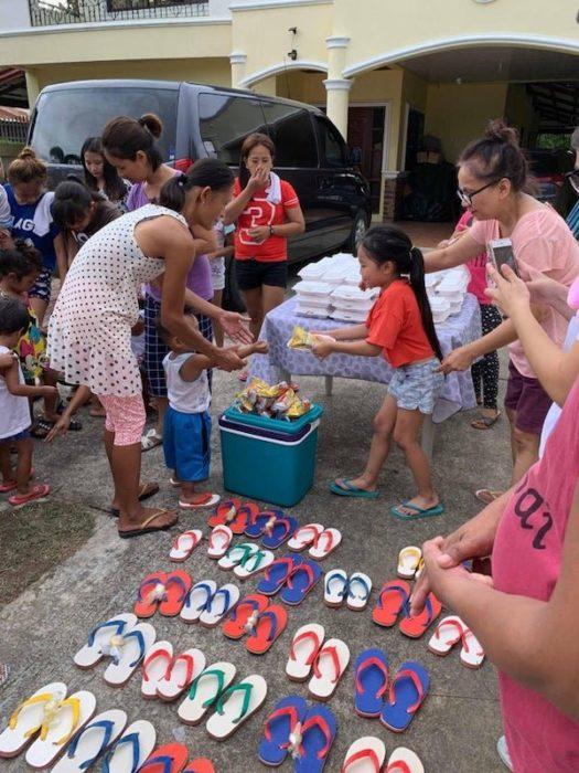 Niña entrega ayuda a personas necesitadas el día de su cumpleaños