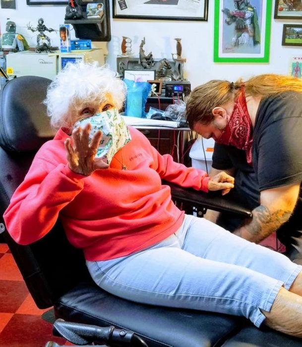 Abuela de 103 años se hace su primer tatuaje