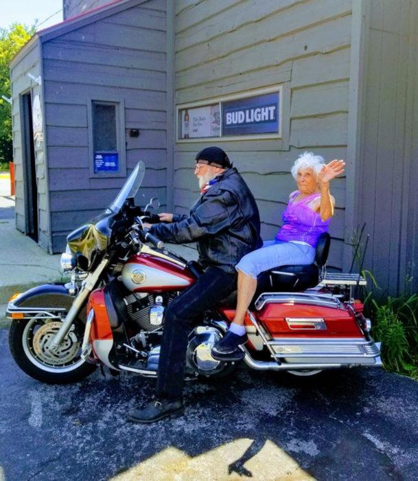 Abuela de 103 años se hace su primer tatuaje y viaja por primera vez en moto Harley Davidson con rudo motociclista