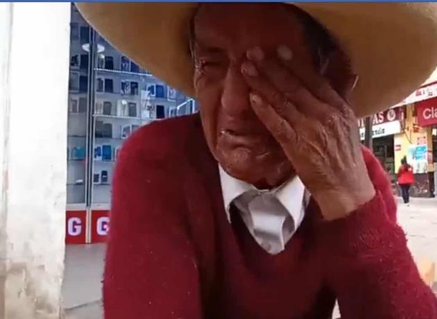 Abuelito llora desconsolado en una avenida