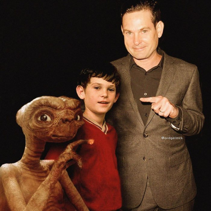 Fotografías de actores junto a personajes que interpretaron; E.T. El extraterrestre, Elliot, Henry Thomas