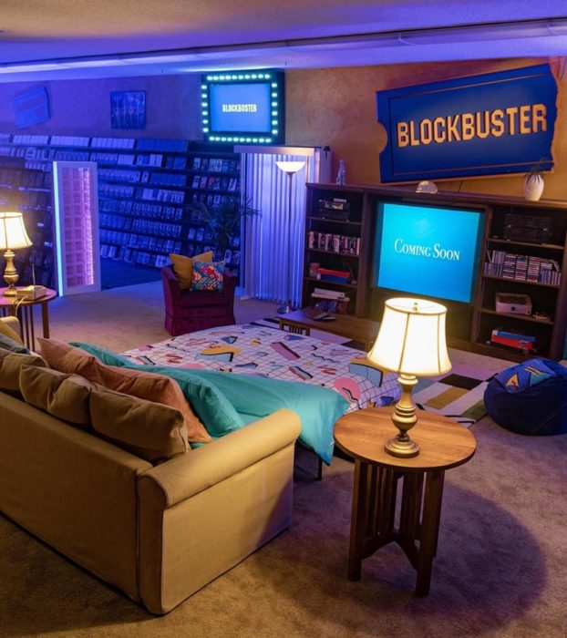Habitación estilo 90 con stad de Blockbuster