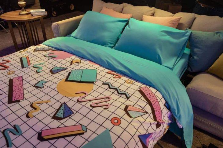 Cama en la habitación de Blockbuster y Airbnb