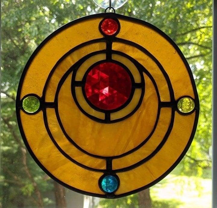 vitral creado por artista Luna negra inspirado en el broche de transformación de Sailor Moon