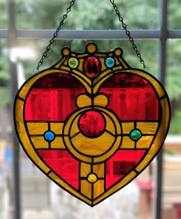 vitral creado por artista Luna negra inspirado en el primsa de corazón de Sailor Moon