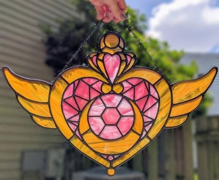 vitral creado por artista Luna negra inspirado en la polvera de la crisis lunar de Sailor Moon
