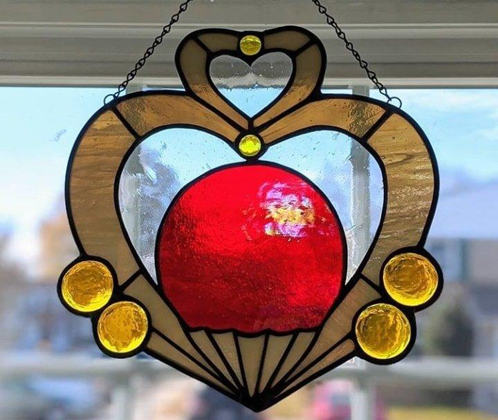 vitral creado por artista Luna negra inspirado en el orbe de Sailor Pluto
