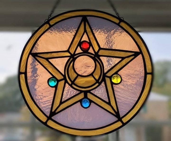 vitral creado por artista Luna negra inspirado en la estrella de cristal de Sailor Moon