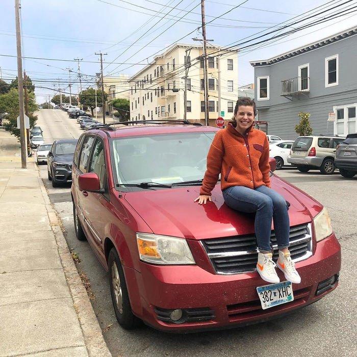 Demi Skipper con camioneta roja