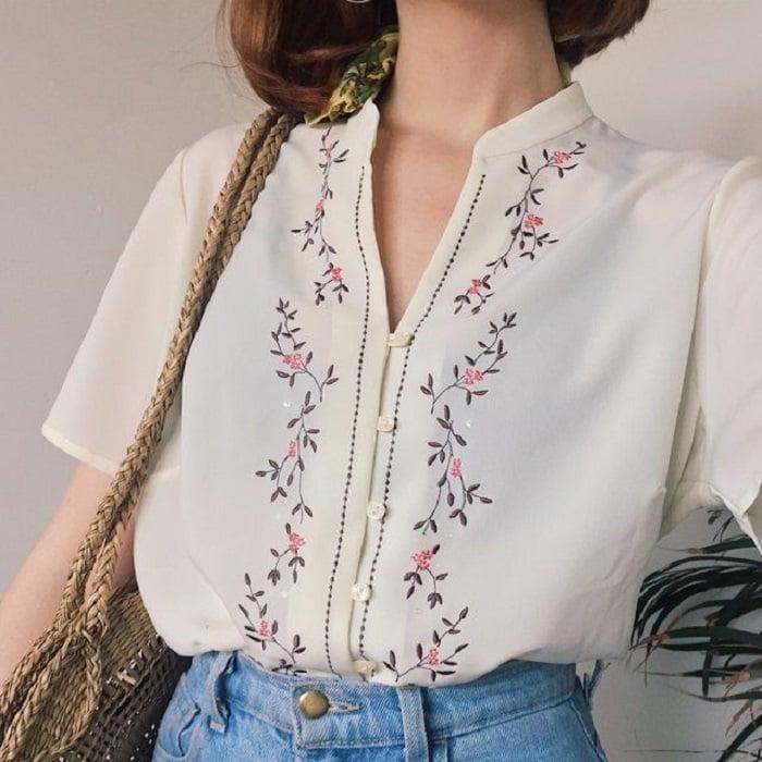 Blusa de botones al frente con cuello y detalle bordado