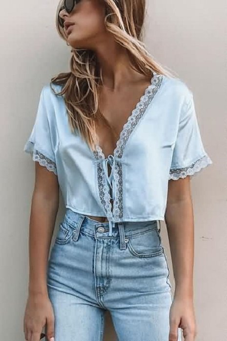 Sky blue blouse with neckline, with lace detail on sleeves and neckline