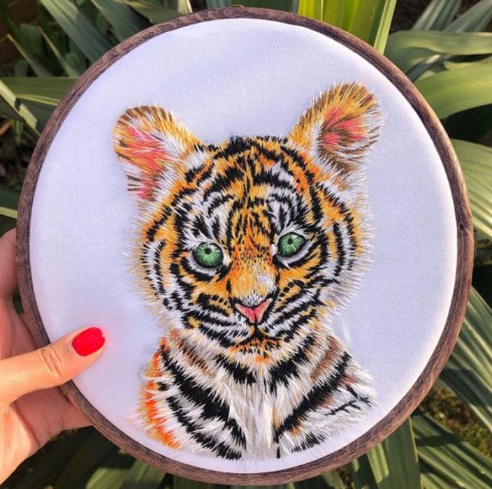 Bordado en aro hecho a mano de el rostro de un tigre bebé