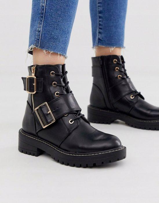 botas anchas con hebillas dobles y cintillas