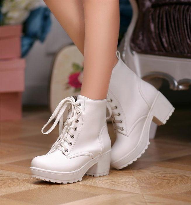 Botas gruesas en color blanco, altas y con cintilla
