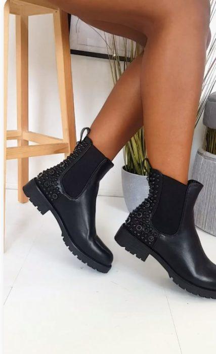 Botas de piso, anchas, color negro con detalles en pedería