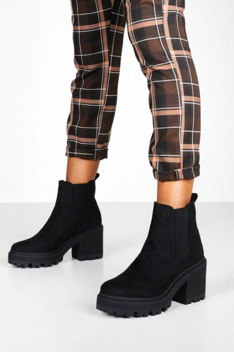 Botas gruesas de gamusa en color negro con tacón ancho