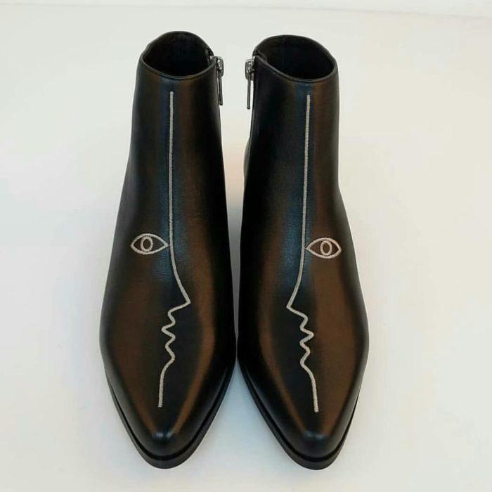 Botines con detalles bordado, de color negro y detalles de frente