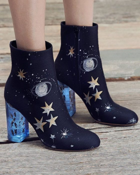 Ankle boots with embroidered details, in black and astros details