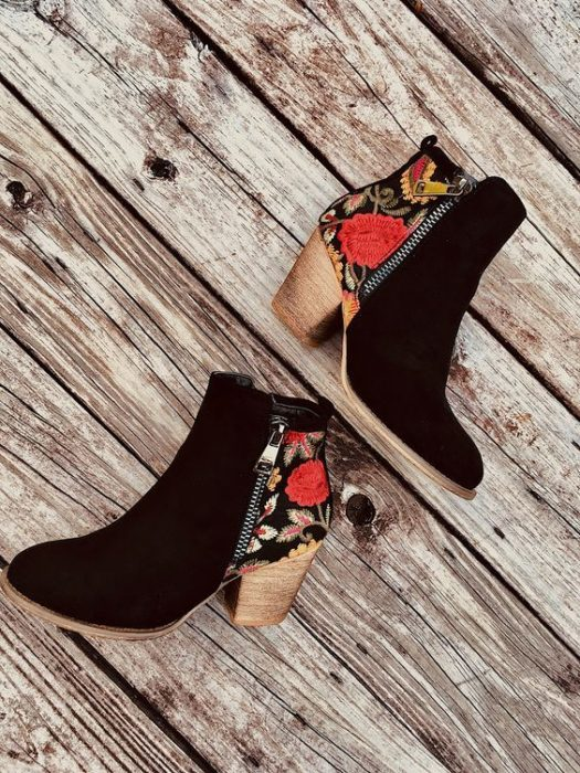 Ankle boots with embroidered details, in black and details on the back of footwear