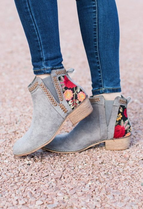 Ankle boots with embroidered details, in light blue and flowers on the heel