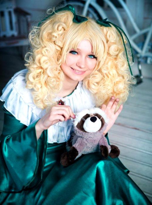 Cosplay, disfraz de Candy White Andrew; mapache, coatí albino Clint, vestido verde, cabello rubio y chino peinado en coletas