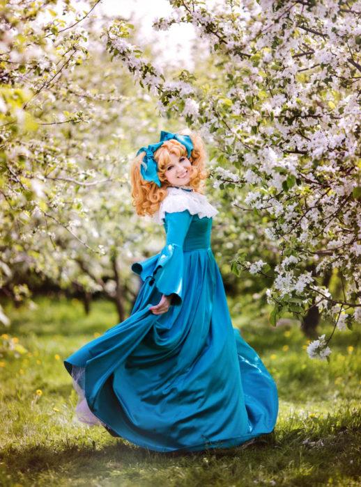 Cosplay, disfraz de Candy White Andrew; vestido verde, mujer dando vueltas en pradera