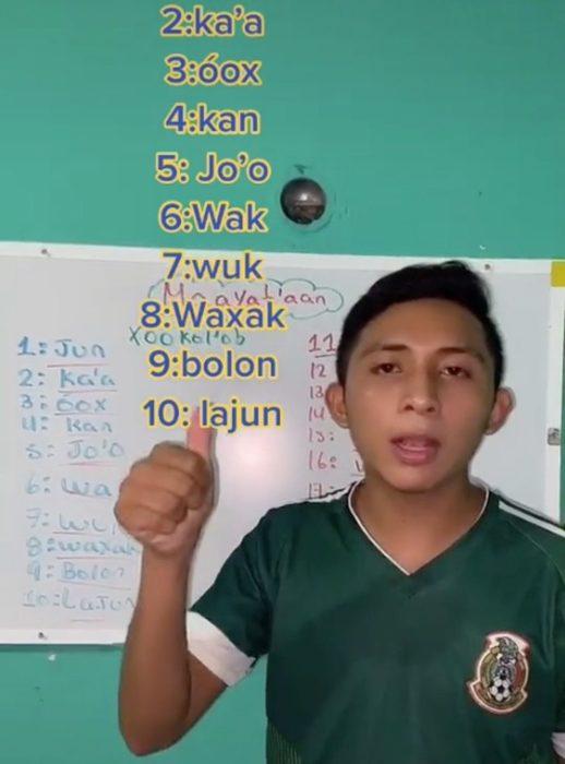 Joven tiktoker usando su red social para enseñar maya